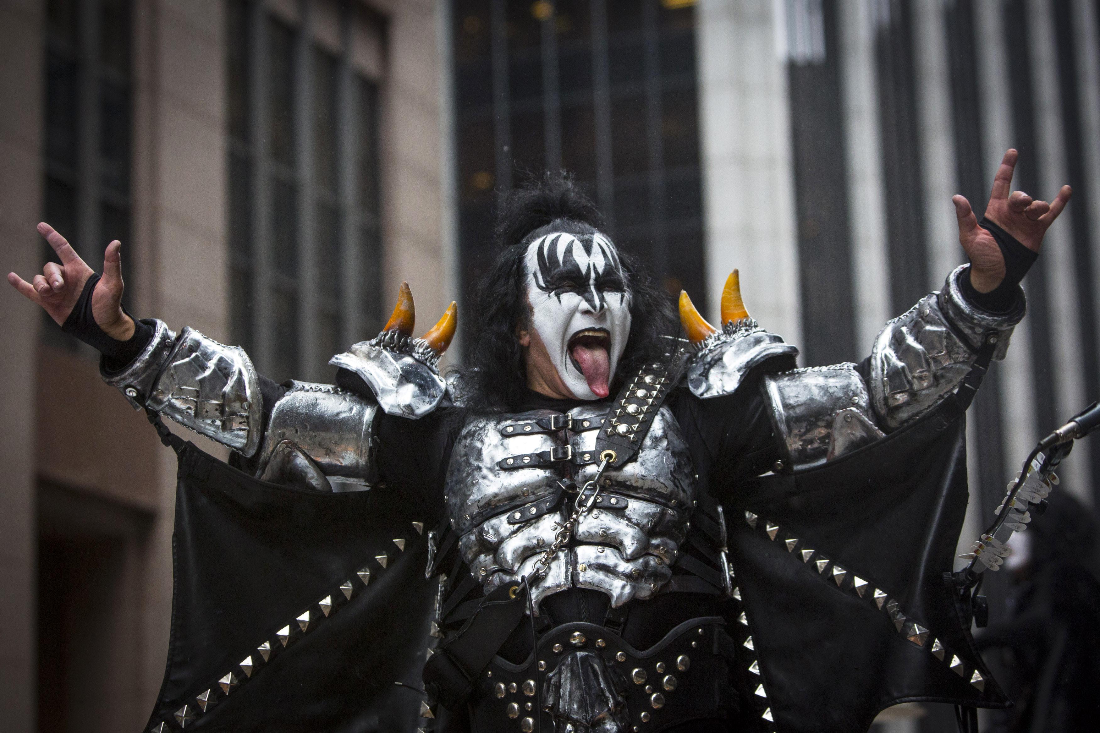 Resultado de imagem para Gene Simmons abandona processo para registrar o gesto do Metal